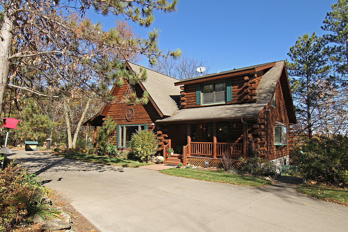CUSTOM LOG HOME NESTLED IN THE PINES!
